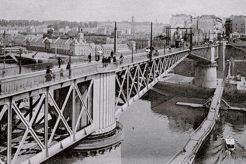 Détruit en 1944, le pont National était un pont tournant au dessus de la Penfled. Il permettait au