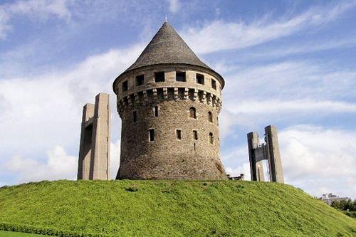 A découvrir à deux pas du pont de la Recouvrance, la tour Tanguy est l'une des rares constructions