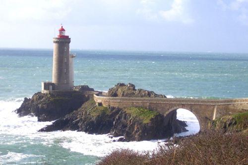 Construit en 1848, le phare de la pointe du Petit Minou indique l'entrée en rade de Brest
