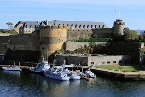 Es quais de la Penfeld à proximité du château, lui-même aménagé en musée national de la Marin