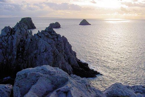Grande baie de 180 km², la rade de Brest est reliée à l'océan Atlantique par un étroit bras de