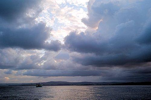 La baie de Douarnenez prend des aspects fantastiques à mesure que les nuages se forment et se défo