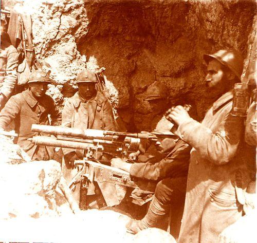 Fusillier mitrailleur en position en Artois